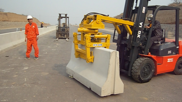 厦工E系列叉车360度无障碍快速完成水泥墩安装作业